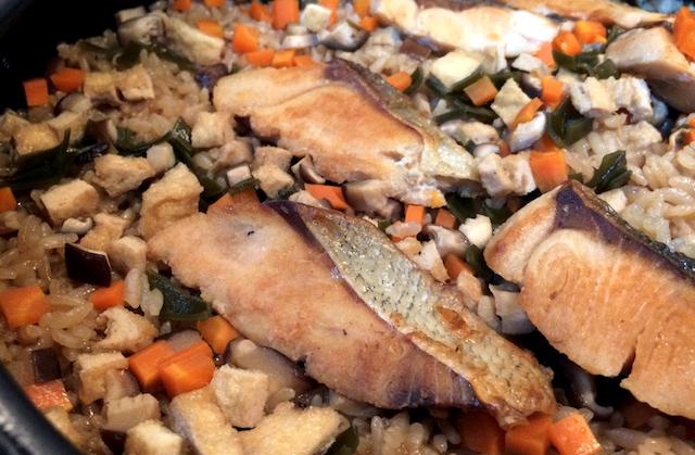 新米シーズン到来!男の土鍋料理「鮭の炊き込みご飯」レシピ。