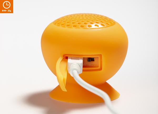 充電用mini USBケーブルを接続