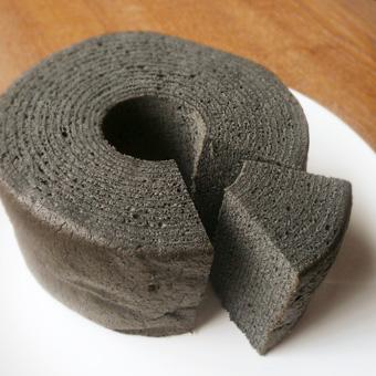 備長炭の黒いバウムクーヘン