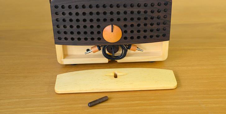 木製ラジオ「IKoNO++(イコノ)」背面にあるケーブル格納口