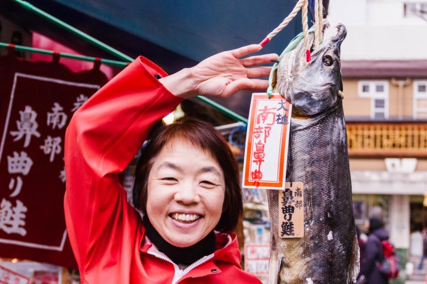 世界を飛び回るライターからの転職! 鮭専門店で27年働くしゃけこさんに聞いた築地の魅力