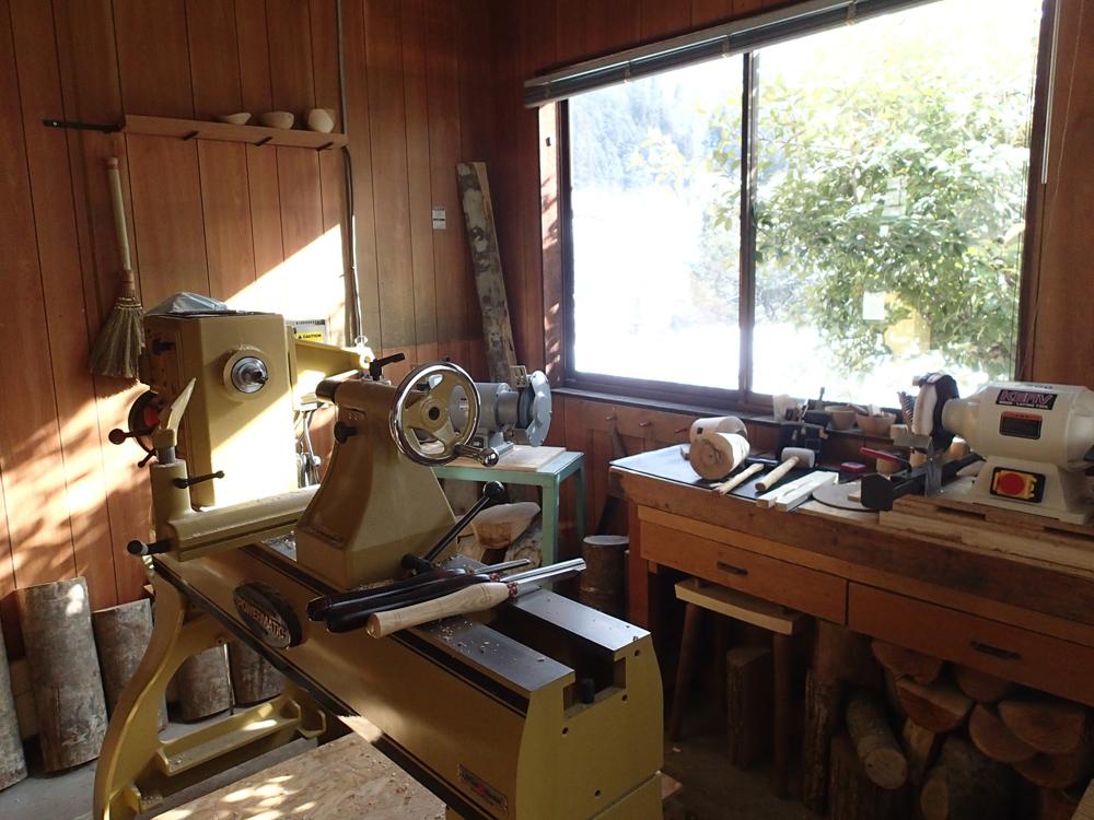 岐阜県郡上市明宝にある岩井さんのアトリエ。この機械が木工旋盤です。