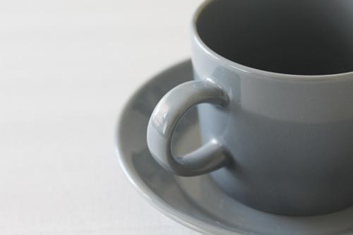 ダークグレーのカップ&ソーサー