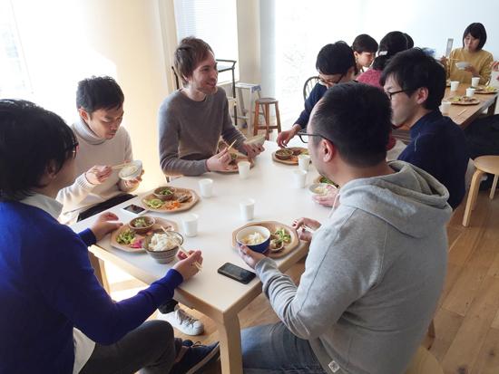 週に1度の社員食堂。男性社員で集まって食べることも。