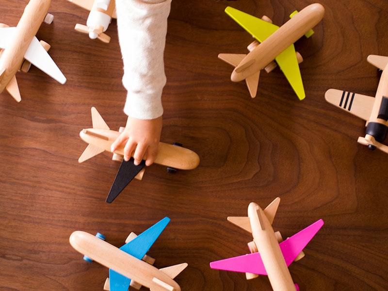 大人も夢中になる!おしゃれなおもちゃ・kiko+の木製飛行機