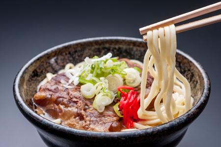 モッチモチの生麺にとろ〜りソーキ! 夏を先取り絶品「沖縄そば」