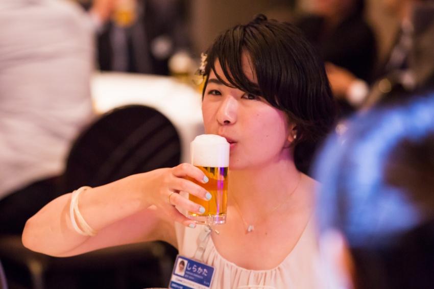 緊張から解き放たれ、ビール飲んでるところ撮られていました。