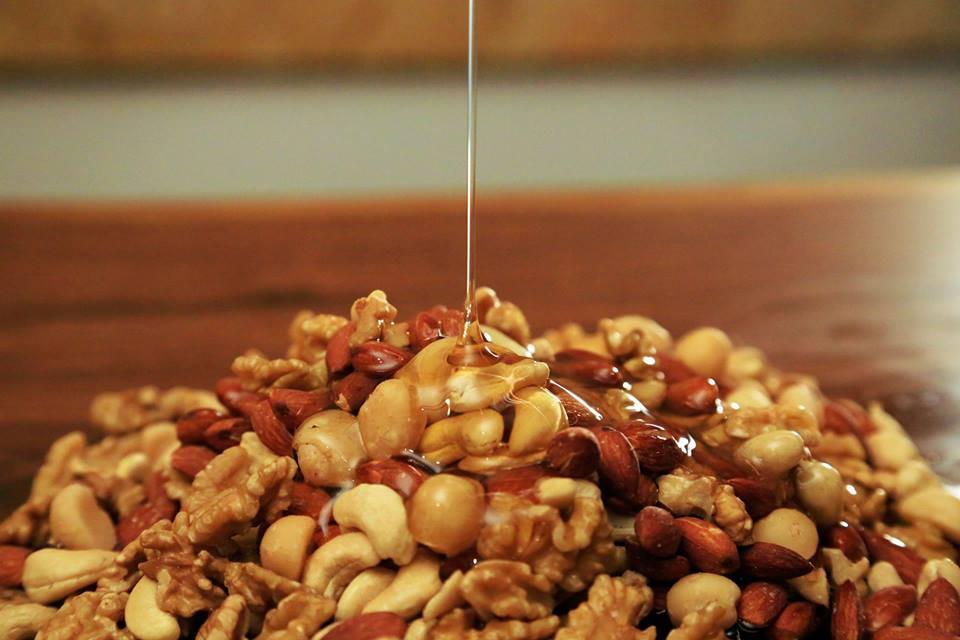 国産の百花蜂蜜をふんだんに使って焼き上げた「ローストハニーナッツ」。