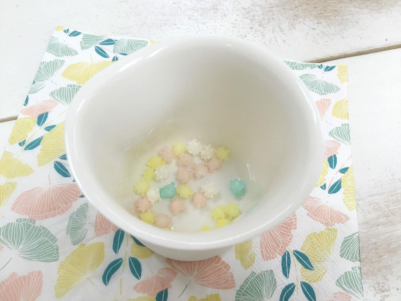 「浮き星」をいくつか入れた状態でお湯を注ぎます。