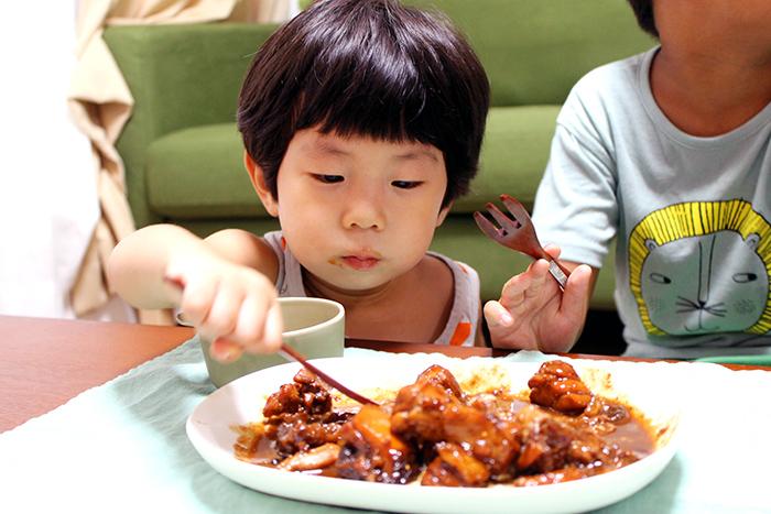 子どもたちがモリモリ食べてほとんどなくなってしまう予想外の展開。(中に入っている粒こしょうはよけて食べさせました。)