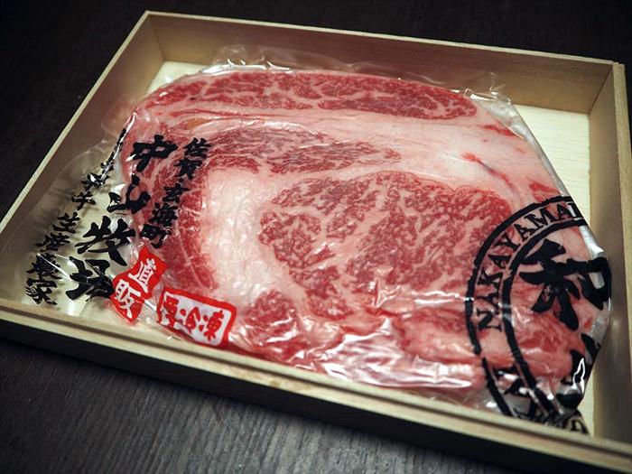 きめ細やかなサシの入り方が尋常じゃない…。この生肉…。