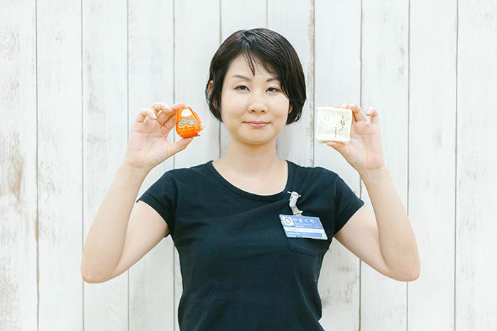 手にしているのは石川県のお菓子「加賀八幡 起上もなか」と「福うさぎ」です。