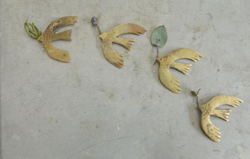 北白川ちせ 店主・谷内さんの彫金アクセサリー作品「アルゲンタビス」のブローチ