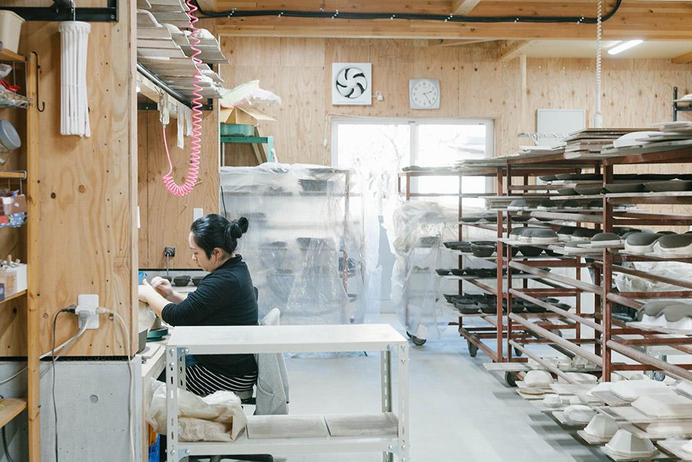 細かな作業も全て手作業! 益子焼「よしざわ窯」の工房を見学しました。