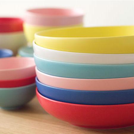 おうちにある器との相性にもう迷わない。食卓に彩りをプラスするカラフルな食器6選